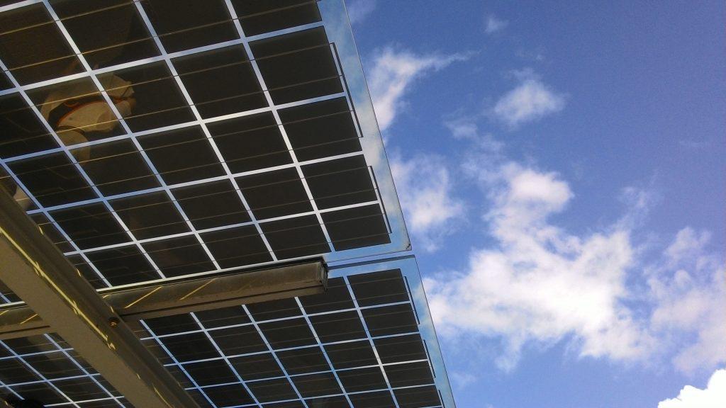 moderne Photovoltaikanlage als Überdachung